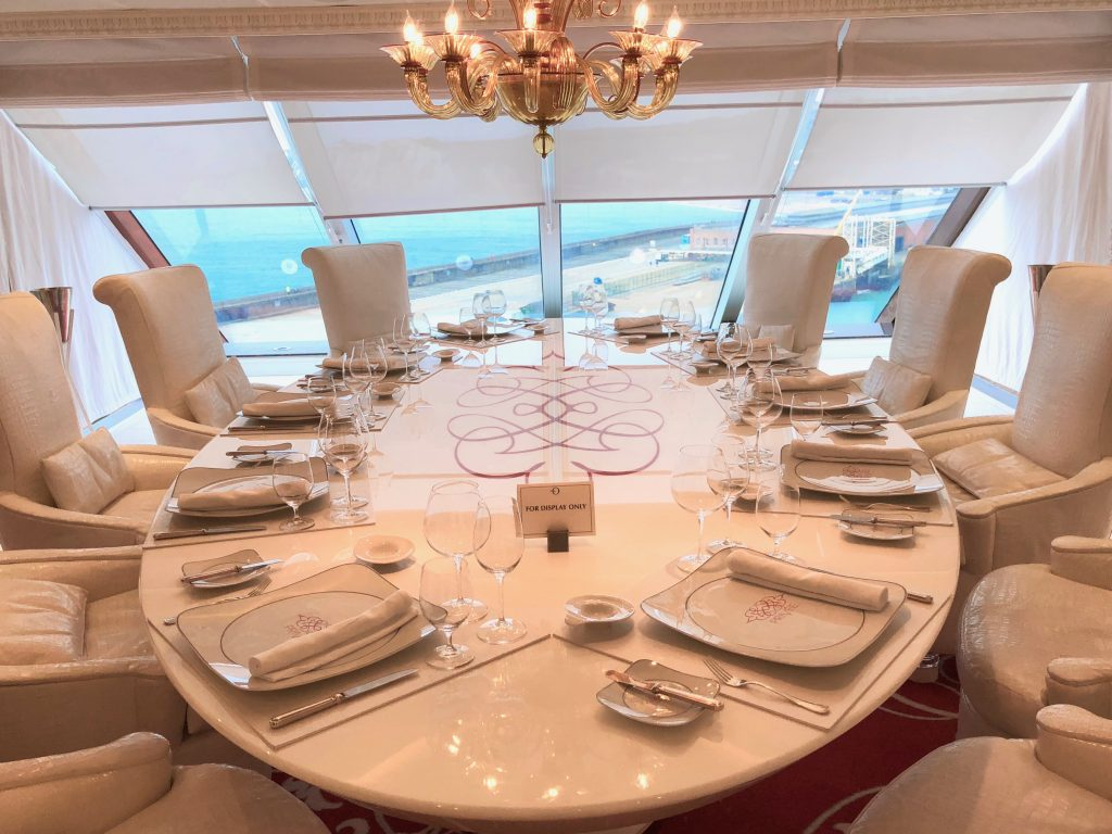 Privée table for ten with ocean views