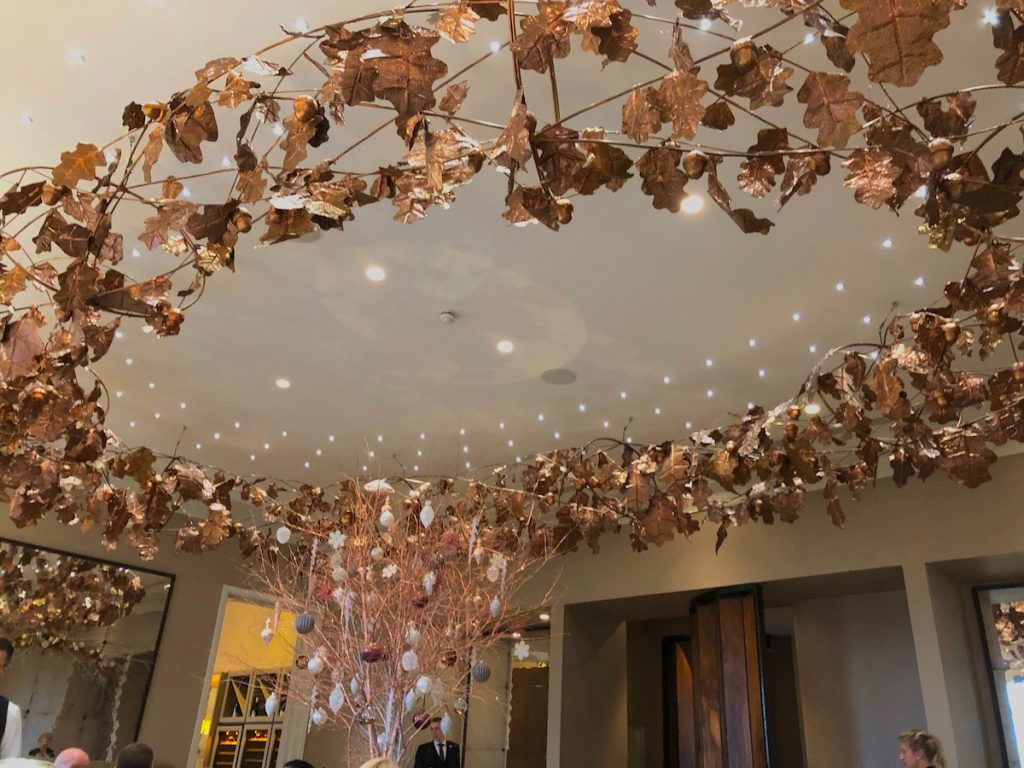 The stunning oak leaf chandelier in the Restaurant Coworth Park